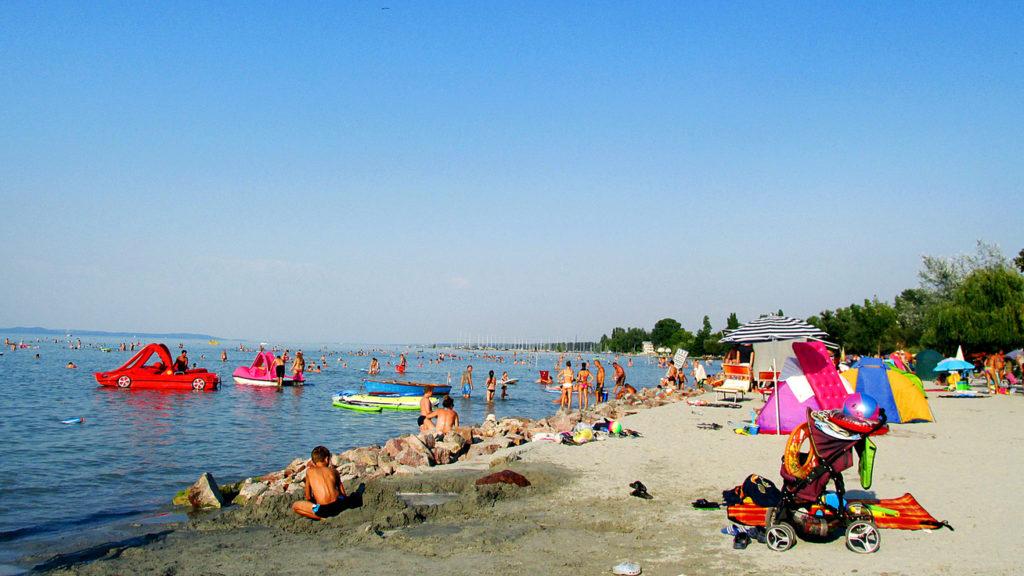 Több tucat apartman közül választhat, ha a Balaton partján élvezné a nyarat